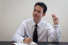 Pensiero asiatico dell'uomo di affari Immagine Stock