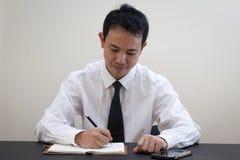 Pensiero asiatico dell'uomo di affari Fotografie Stock Libere da Diritti