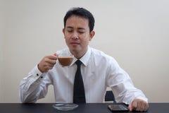 Pensiero asiatico dell'uomo di affari Immagini Stock