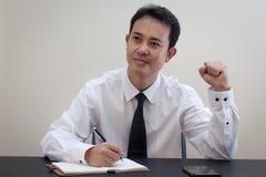 Pensiero asiatico dell'uomo di affari Immagini Stock Libere da Diritti