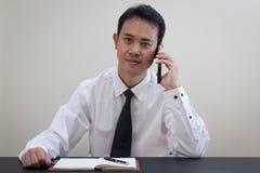 Pensiero asiatico dell'uomo di affari Fotografie Stock