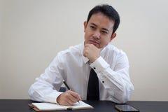 Pensiero asiatico dell'uomo di affari Fotografia Stock Libera da Diritti