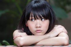 Pensiero asiatico della ragazza Immagini Stock