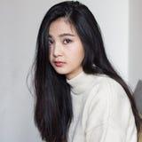 Pensiero asiatico della ragazza fotografia stock