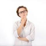 Pensiero astuto della donna Femmina con i capelli ed i vetri di scarsità che pensa espressione Fotografia Stock