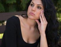Pensiero e preoccupazione della giovane donna Fotografia Stock Libera da Diritti