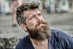 Pensiero ed esitare Fronte concentrato uomo barbuto Concetto premuroso di umore Operare le scelte importanti Uomo con fotografia stock libera da diritti