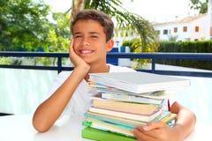 Pensiero felice dell'adolescente dell'allievo del ragazzo con i libri Immagine Stock