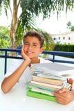 Pensiero felice dell'adolescente dell'allievo del ragazzo con i libri Fotografia Stock