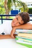 Pensiero felice dell'adolescente dell'allievo del ragazzo con i libri Fotografie Stock