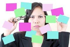 Pensiero femminile di affari con la nota appiccicosa. Immagini Stock