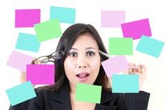 Pensiero femminile di affari con la nota appiccicosa. Fotografia Stock
