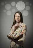 Pensiero Giovane donna ed orologio Fotografie Stock Libere da Diritti