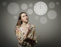 Pensiero Giovane donna ed orologio Immagini Stock