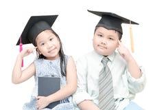 Pensiero laureato del bambino asiatico della scuola della ragazza e del ragazzo Fotografia Stock Libera da Diritti