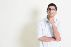 Pensiero maschio indiano di affari casuali Immagini Stock