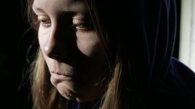 Pensiero vicino della ragazza teenager triste a qualcosa e gridare Fine in su 4k UHD video d archivio
