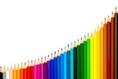 Pensils colorés élevant la rangée d'isolement sur le fond blanc Photos libres de droits