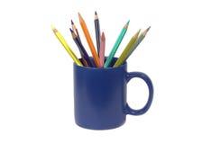 Pensils en la taza azul aislada en blanco Foto de archivo libre de regalías