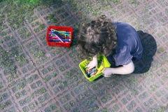 Pensils et enfant en pastel de cire de crayon Photographie stock libre de droits