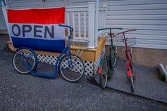 Pensilvânia, EUA, ABRIL, 18, 2018: A vista de bicicletas ou de 'trotinette's do rolo de amish estacionou fora da construção de ca imagens de stock royalty free