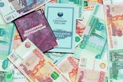 Pensioencertificaat, bankboekje en geld stock foto's