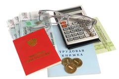 Pensioendocumenten, geld, calculator en glazen op whi worden geïsoleerd die Royalty-vrije Stock Fotografie