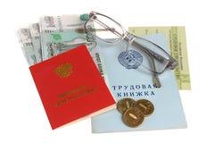 Pensioendocumenten, geld en glazen Stock Foto