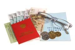 Pensioendocumenten, geld en glazen op wit worden geïsoleerd dat Royalty-vrije Stock Afbeelding