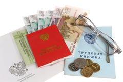 Pensioendocumenten, geld, envelop en glazen op wit worden geïsoleerd dat Stock Afbeelding