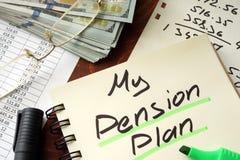 Pensioenplan op een blocnote wordt geschreven die Stock Fotografie