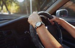 Pensionär 65-70 år man som kör bilen Fotografering för Bildbyråer