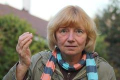 pensionär belastad kvinna Royaltyfria Bilder