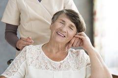 Pensionär, der Hand der Krankenschwester hält stockbild