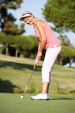 pensionär för golfare för kurskvinnliggolf Arkivfoton