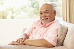 pensionär för home man för stol avslappnande royaltyfria bilder