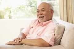 pensionär för home man för stol avslappnande arkivfoto
