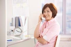 pensionär för kontorsståendeprofessionell Arkivfoton