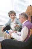 pensionär för lokal för avläsning för par för bok prata strömförande Royaltyfri Foto