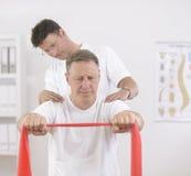 pensionär för manphysiotherapistsjukgymnastik Arkivbild