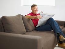 pensionär för mantidningsavläsning arkivfoton