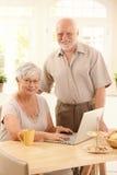 pensionär för parbärbar datorstående Royaltyfria Bilder