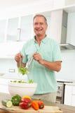 pensionär för sallad för kökman modern förberedande arkivbild