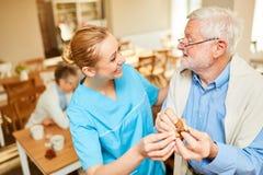 Pensionär för vårdhemomsorg med demens arkivbild
