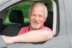 Pensionär i bil arkivbilder