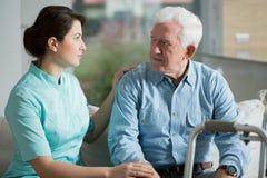 Pensionär i hem för gammalt folk royaltyfri bild