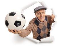 Pensionär med en fotboll royaltyfria bilder