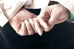 Pensionär med händer Fotografering för Bildbyråer