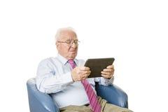 Pensionär med minnestavlan Fotografering för Bildbyråer
