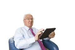 Pensionär med minnestavlan Royaltyfri Foto